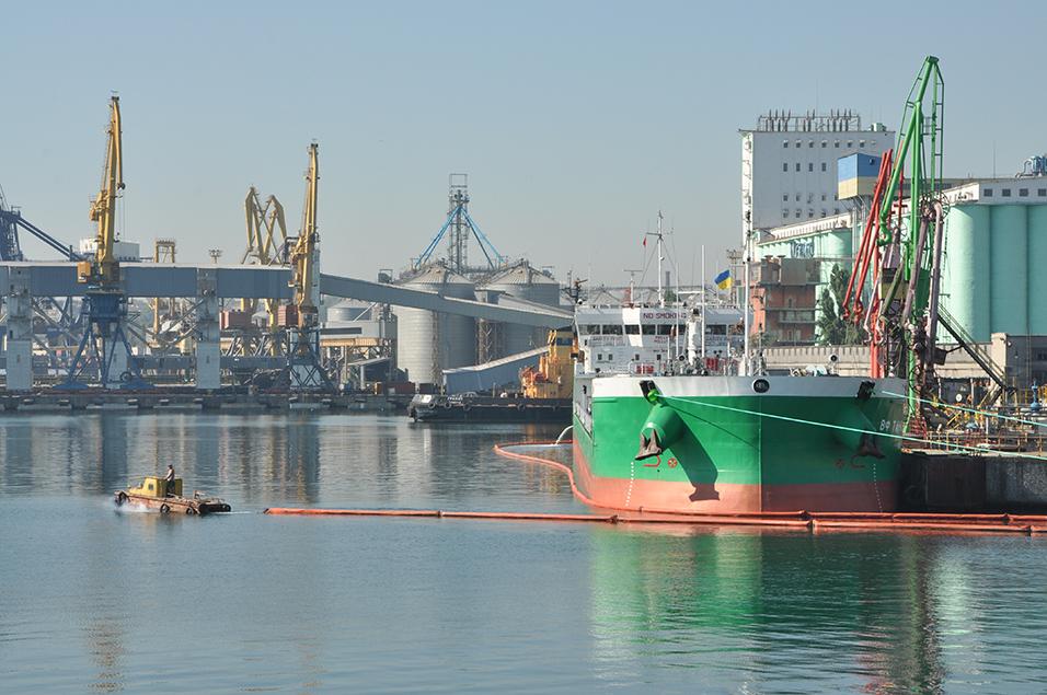 Украинские морпорты готовятся принять рекордный объем дизтоплива